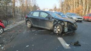Zakręt: zderzenie trzech aut, są poszkodowani i utrudnienia
