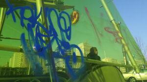 Bazgroły na żółtej tafli. Metro zgłasza sprawę policji