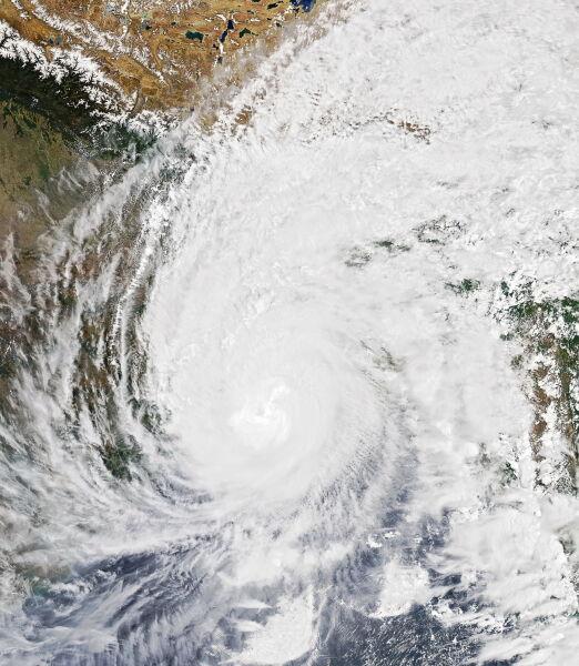Tak wyglądał cyklon Amphan 20 maja, kiedy dotarł do lądu (PAP/EPA/NASA HANDOUT)