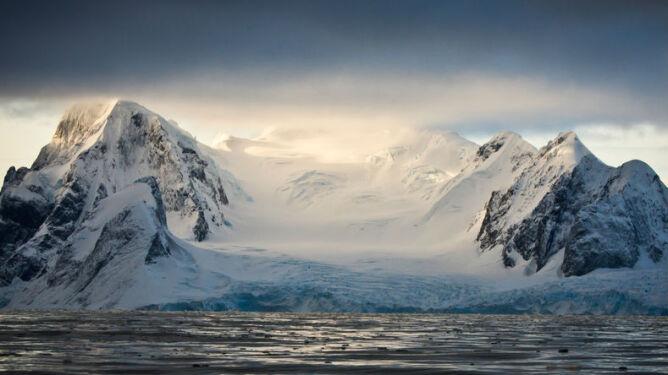 """""""Tam mogą istnieć rozwinięte formy życia"""". Naukowcy o jeziorze skrytym pod 4 km lodu"""